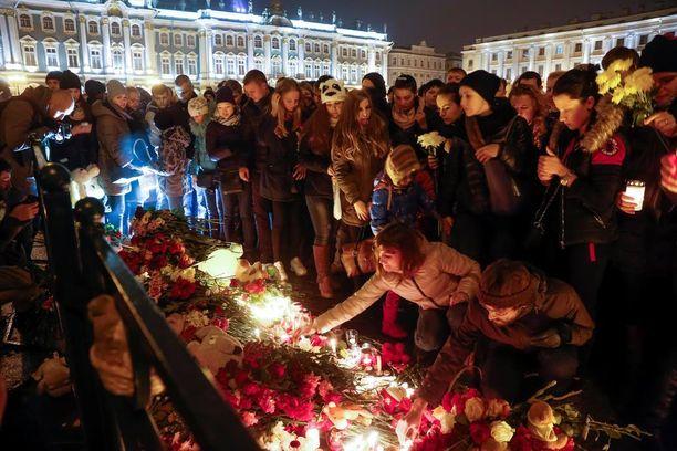 Järkyttyneet ihmiset ovat muistaneet uhreja kukilla ja kynttilöillä Venäjällä.