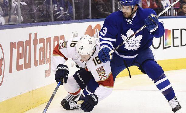 Aleksander Barkov ja Florida Panthers olivat voimattomia Toronto Maple Leafsin edessä. Arkistokuvassa Barkov vääntää Nazem Kadria vastaan.