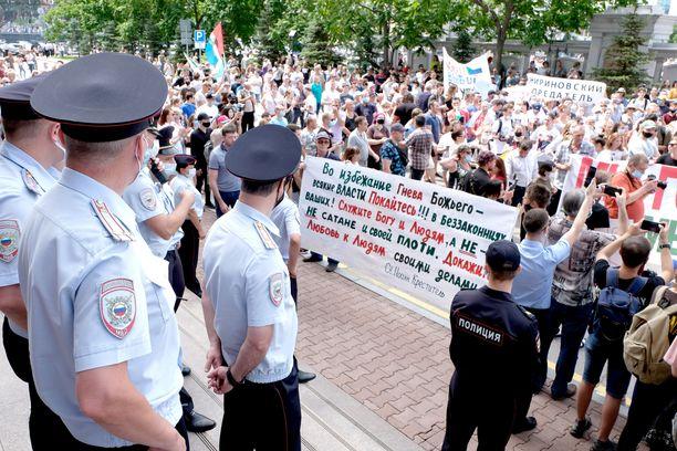 Poliisit vartioivat katua mielenosoituksen aikana Habarovskissa 25. heinäkuuta.
