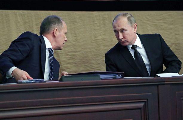 Putin (oikealla) kehui FSB:n kykyä salata asejärjestelmien kehittelyprojektit. Kuva helmikuulta 2017 FSB:n johtaja Aleksander Bortnikovin kanssa.