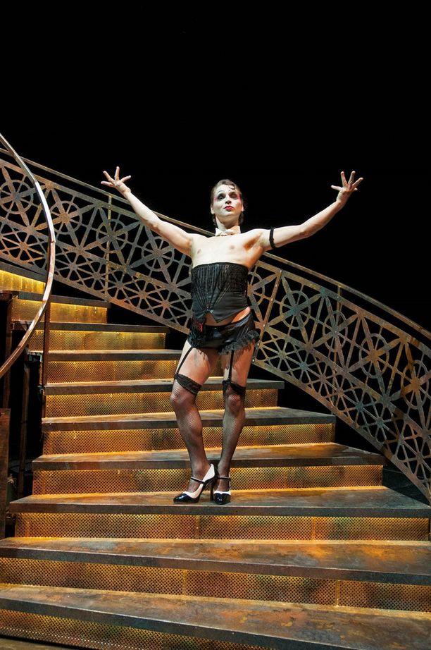 Antti Lang esiintyy verkkosukissa ja huimissa koroissa Cabaret-musikaalissa.
