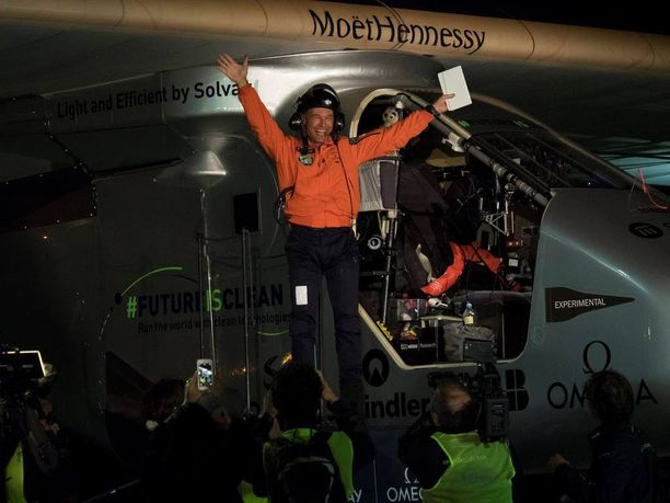 Lentäjä, tutkimusmatkailija Bertrand Piccard tuuletti astuttuaan ulos ohjaamosta Kaliforniassa.