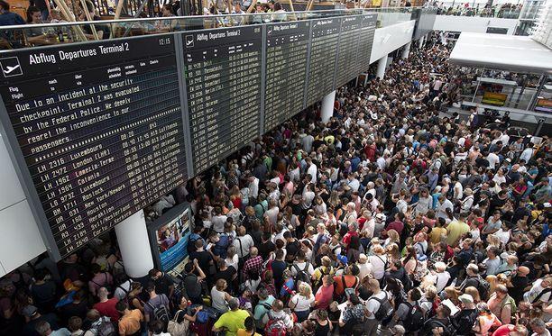Münchenin lentokentällä oli eilen lauantaina kymmeniätuhansia ihmisiä, kun poliisi joutui tyhjentämään koko paikan yhden naisen takia.