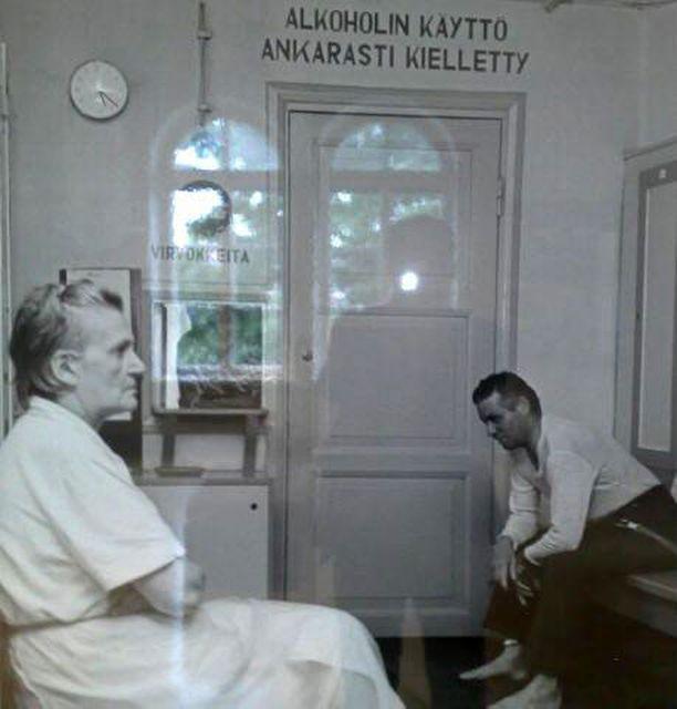 Helsinkiläisten väistyvää arkea yleisessä saunassa Museokadulla.
