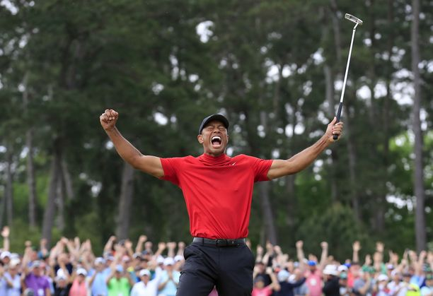 Voittajan tuuletus! Tiger Woods valloitti Mastersin ja Augustan kentän uransa viidennen kerran.