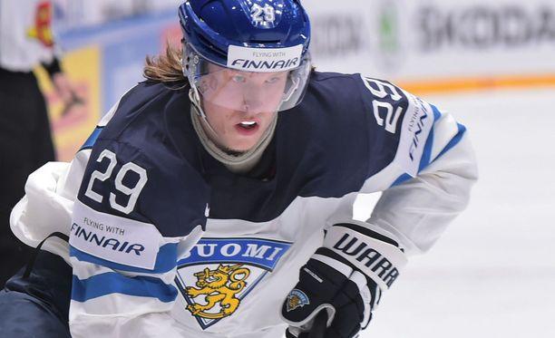 Patrik Laineen meno MM-jäällä miellyttää Jarkko Varviota.