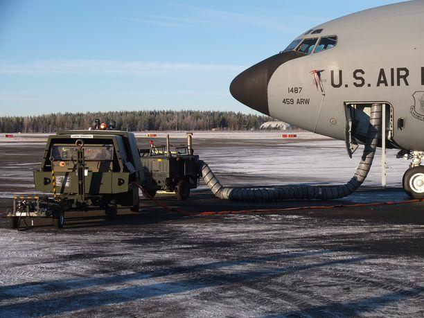 Suomen ilmapuolustus olisi tosi paikassa riippuvainen siitä, tankkaisivatko yhdysvaltalaiset ilmatankkauskoneet suomalaisia hävittäjiä.