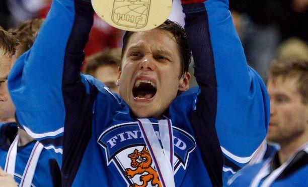 Pasi Puistola pääsi nostamaan MM-pokaalin ilmaan Bratislavassa 2011.