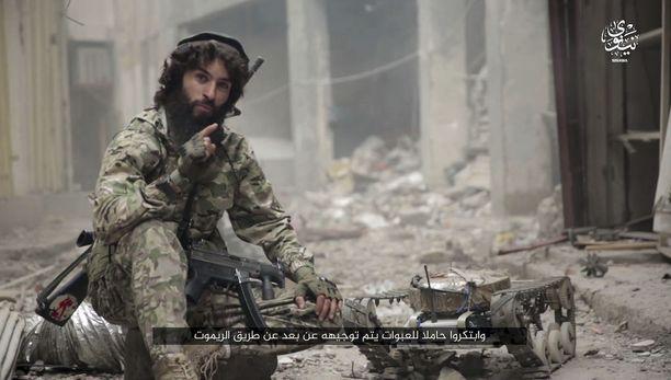 Videolta otetussa kuvakaappauksessa näkyy Isis-taistelija kauko-ohjattavaan autoon asetetun pommin kanssa.