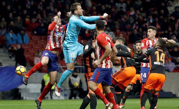 Diego Godín (vas.) on juuri saanut kovan iskun Neton kyynärpäistä.