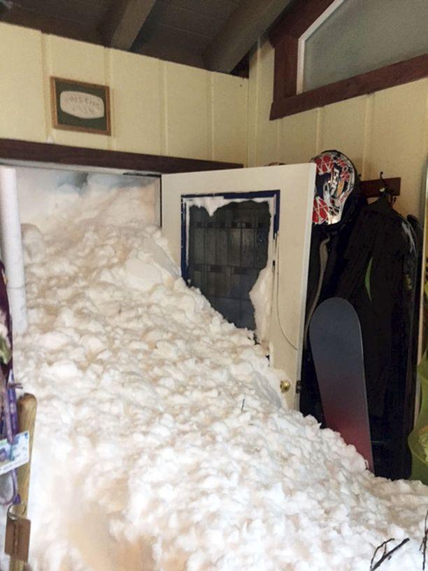 Tältä Steven ja Melissa Siigin kotona näytti, kun lumi vyöryi sisään.