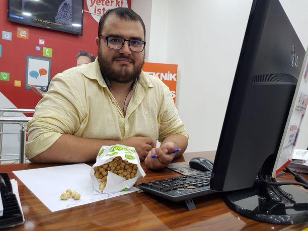 Alper otti avuksi pähkinät, kun hän havainnollisti, kuinka raha bisneksessä liikkuu.