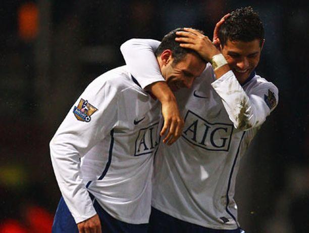 Ryan Giggs saa onnittelut Christiano Ronaldolta.