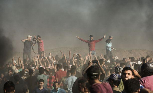 Palestiinalaisia mielenosoittajia Gazan rajalla viikko sitten perjantaina.