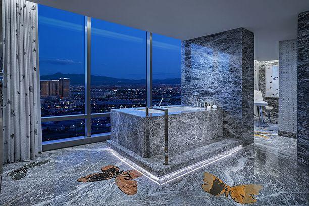Kylpyhuoneesta on komeat näkymät yli Las Vegasin.