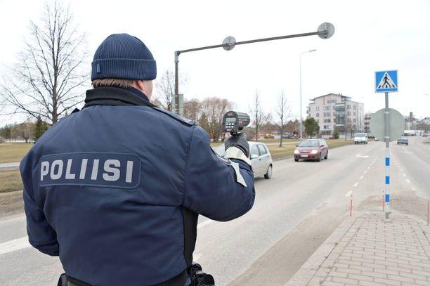 Iltalehti kertoi kaavailuista alentaa sakkorajaa maanantaina.