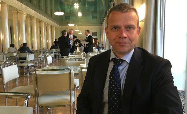 """Valtiovarainministeri Petteri Orpo toivoo, että hallituksen tavoiteaikataulu toteutuu, mutta lisää, että eduskunta ottaa sote-käsittelyyn sen ajan, minkä se tarvitsee. Orpo huomauttaa, että """"asiat tuppaavat vaikeutumaan pitkittyessään""""."""
