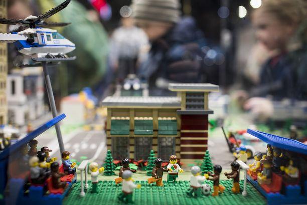 Kauppakeskukset houkuttelevat nyt kävijöitä palveluilla, elämyksillä ja tapahtumilla. Kuvassa Lego-kiertue kauppakeskus Isossa Omenassa.