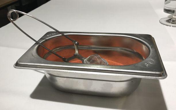 Jos ruuan pinnalle on tarkoitus saada sievä maustehuntu, tähän työhön mainio väline on umpinainen teesiivilä. Sen siiviläosuus on niin pieni, että esimerkiksi chilijauhe osuu juuri siihen kohtaan, mihin sen haluatkin.