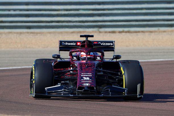 Kimi Räikkönen sai maistiaiset uudesta Alfa Romeon F1-autosta.