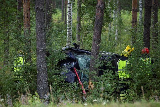Henkilöauto ajautui ulos Elimäentieltä noin kuusi kilometriä Anjalan kirkonkylältä Elimäen suuntaan. Auto oli suistunut vastaantulevien kaistan ylitse ojaan.