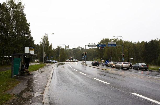 Turuntie on Espoon sisäistä valtaväylistä. Kuvassa Rastaalantien ja Turuntien risteys. Tapahtumapaikka on vähän risteyksestä eteen eli länteen päin.