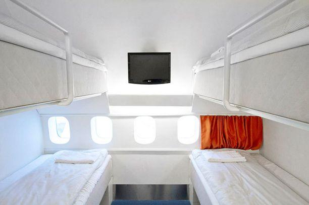 Arlandan lentokentällä voi majoittua näin ilmailuhenkisesti: hotelli on rakennettu vanhaan lentokoneeseen.