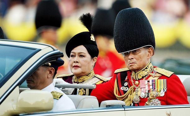 Kuningas Bhumipol ja kuningatar Sirikit ovat erittäin suosittuja thaimaalaisten keskuudessa. Kuva on vuodelta 2008.