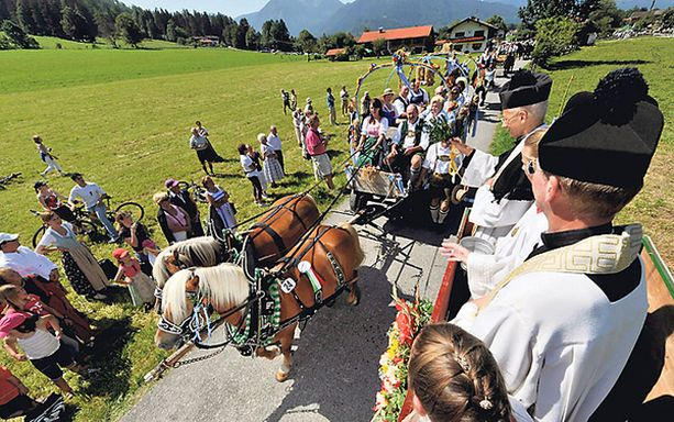 Hummani hei! Näin komeasti juhlittiin Saksassa sunnuntaina perinteistä Hevosten päivää. Kemuihin osallistui yli sata hevosten vetämää, komeasti koristeltua kärryä, jotka saivat muun muassa siunauksen paikalla olleilta papeilta.