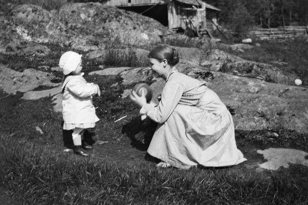 Anni Simberg ja tytär vuonna 1916.