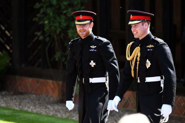 Veljekset ovat aiemmin olleet todella läheiset. Kun heidän äitinsä prinsessa Diana menehtyi auto-onnettomuudessa, veljekset olivat toistensa tuki ja turva.
