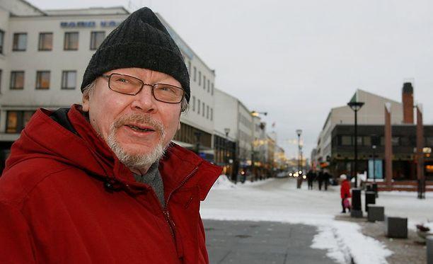 Kari Pekkonen Kajaanin Raatihuoneen torilla vuonna 2008.