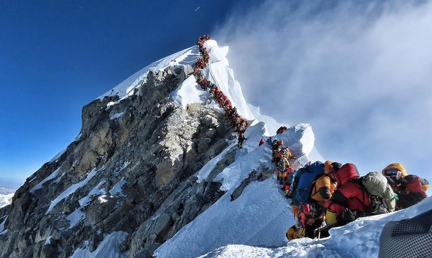 Liikenneruuhka maailman korkeimmalla vuorella. Kiipeilykausi kestää normaalisti huhtikuun lopusta toukokuun loppuun.