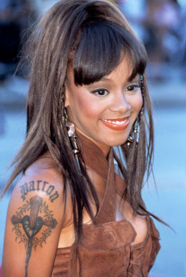 """TLC:n Lisa """"Left Eye"""" Lopes tiesi, että olkavarsi on klassinen paikka tatuoinneille."""