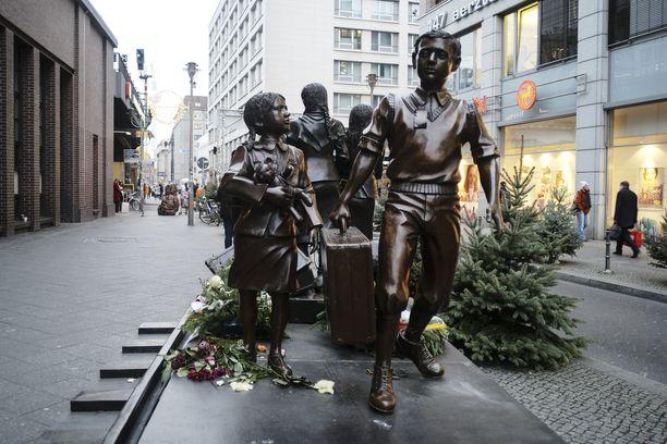Sotalapsimuistomerkki Berliinin Friedrichstrassella. Saksa maksaa nyt korvauksia natseja paenneille sotalapsilleen.