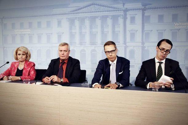 Lisätalousarvioesitys lisää valtion nettolainanoton tarvetta 348 miljoonalla eurolla, jolloin nettolainanotto nousee tänä vuonna 5,1 miljardiin euroon. Pääministeri Alexander Stubbin hallitus esittelee lisätalousarvion eduskunnalle torstaina.