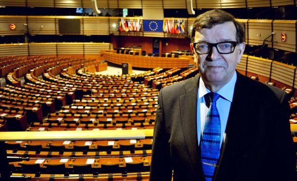 Europarlamentaarikko Paavo Väyrynen kritisoi sitä, että päätös euroalueeseen liittymisestä tehtiin keväällä 1998 ilman kansanäänestystä.