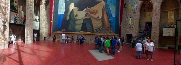 Dalin hauta kuuluu osana taidenäyttelyyn.