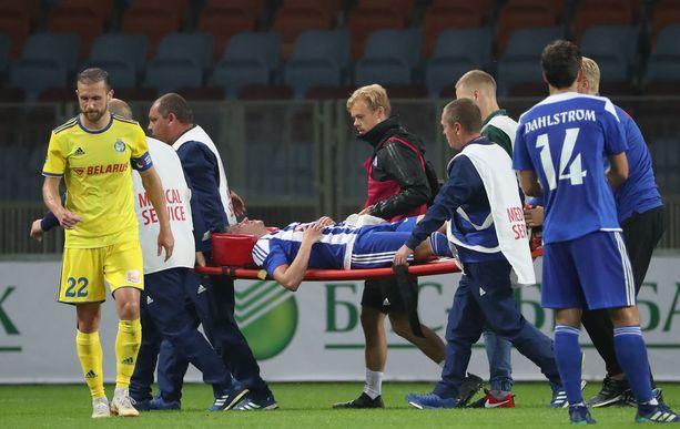 Riski kannettiin loukkaantuneena toisella jaksolla kentältä.