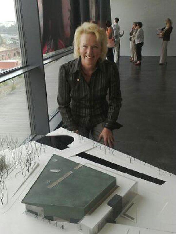 -Musiikkitalon toiminta on tarkoitettu kaikille, tiivistää Musiikkitalon johtaja Helena Hiilivirta. Edessä talon pienoismalli.