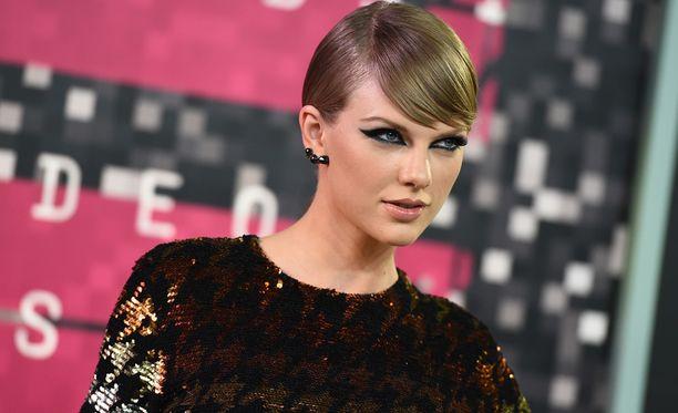 Taylor Swiftin leiri väitti radiojuontajan käyttäytyneen epäsopivasti.