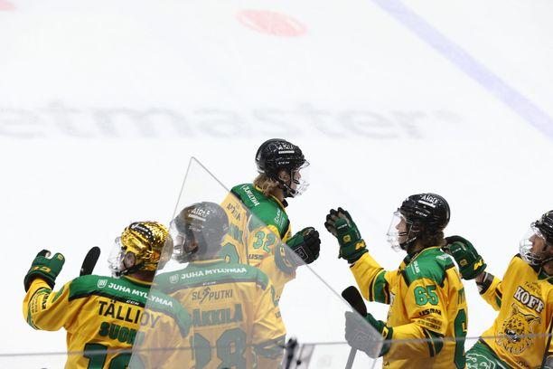 Ilveksen Joona Ikonen ottaa vastaan onnitteluja 1–0-maalinsa jälkeen.