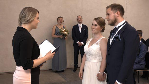 Sini ja Vesa päättivät jatkaa avioliitossaan kauden päätösjaksossa. Kuva vihkimisestä kesällä.