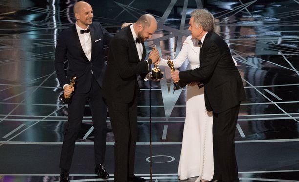 Tyyntä ennen myrskyä. Beatty on juuri julistanut väärän elokuvan vuoden parhaaksi.