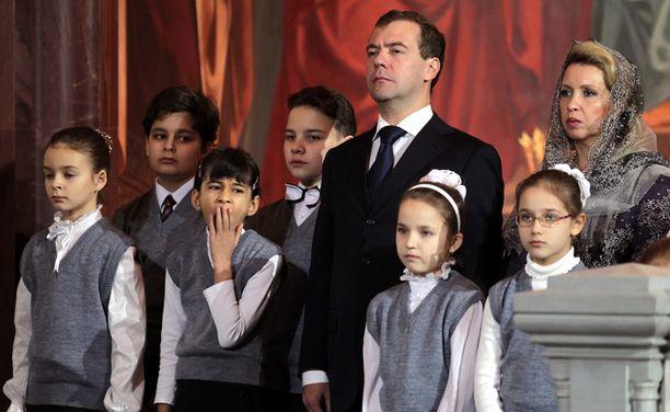 Venäjän presidenttiparin seurana messussa oli ortodoksisen kirkkokoulun oppilaita.