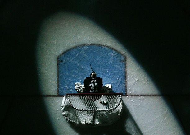 PALJON VARTIJA Antti Niemi jahtaa toista perättäistä Stanley Cupiaan.