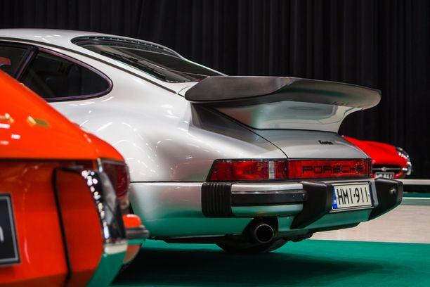 Porsche 911 Turbo tunnusomaisine valaanpyrstöineen oli aikakaudellaan nopeimpia sarjatuotantoautoja kiihtyvyydeltään kirmaten nolla sataan jopa alle 5 sekunnissa.