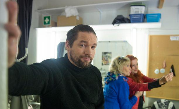 Juha-Pekka Mikkola tunnetaan myös teatterinäyttelijänä ja -ohjaajana.