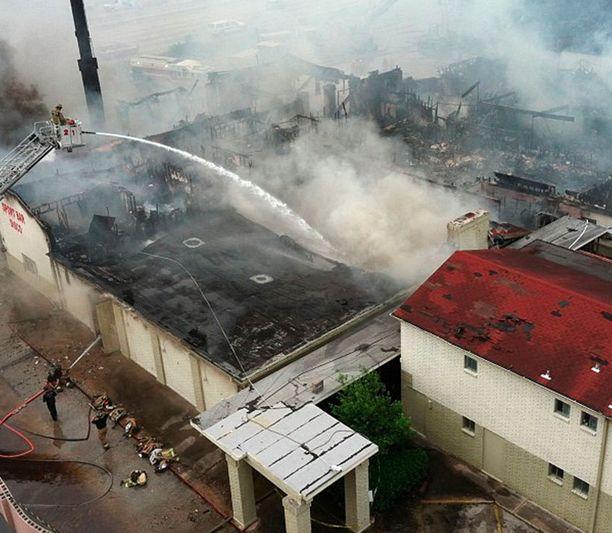 Hotellin rakenteet romahtivat ja palomiehet jäivät sortuvan katon alle. Tarkka kuolinsyy varmistuu kuolinsyyntutkimuksessa.