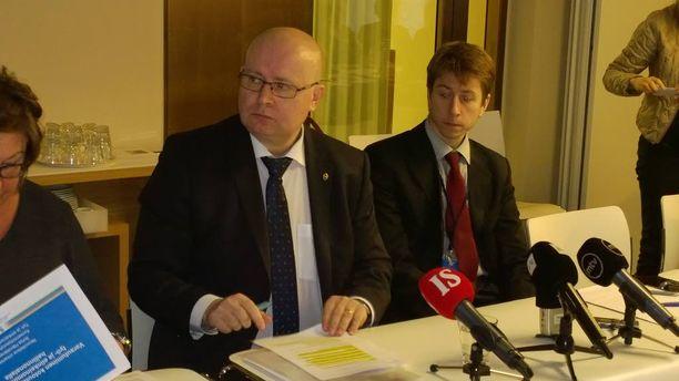 Työministeri Jari Lindtröm haluaa turvapaikanhakijat pikaisesti vaikka kausitöihin. Työssäkäynti on hänen mukaan myös tehokas tapa oppia suomen kieltä ja maan tapoja. Ministeri järjesti asiasta tiedotustilaisuuden tiistaina.